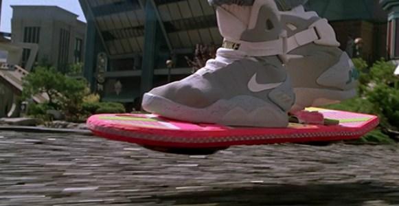 imagem do tenis e do skate do filme De Volta para o Futuro