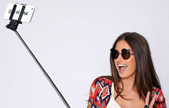 Moça tirando Selfie com o pau de selfie e Celular com boa câmera