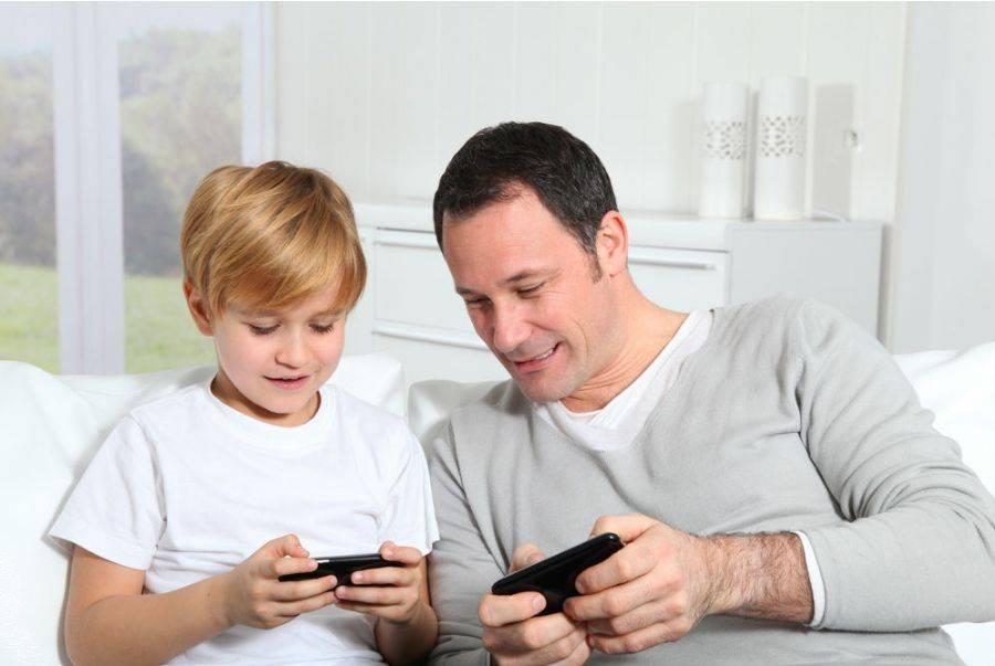 Pai e filho com celulares