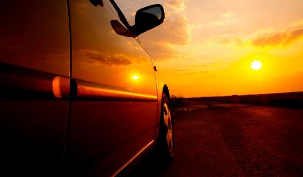 carro no sol enquanto carrega o celular no carro