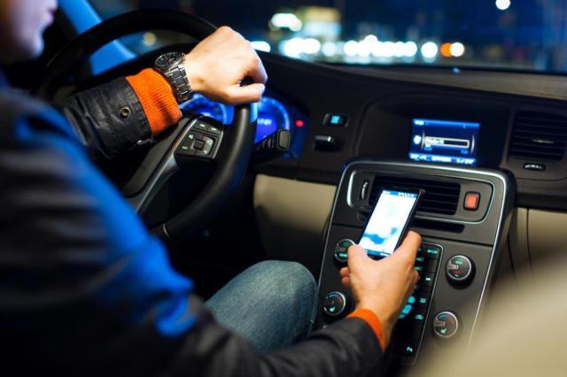 usando o celular ao volante colocando a vida em risco