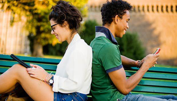 Casal em aplicativo de relacionamento