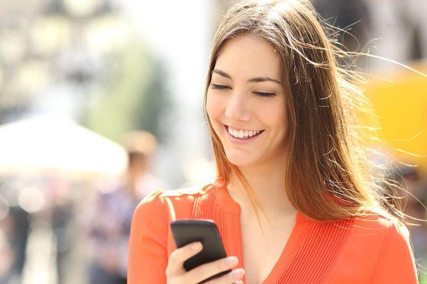 mulher-usando-os-seus-planos-de-internet-para-celular-2