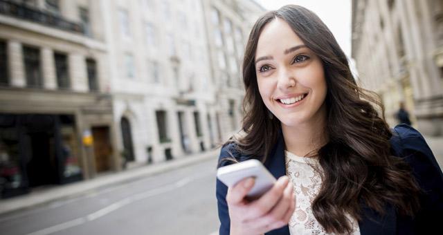 mulher usando os seus planos de internet para celular