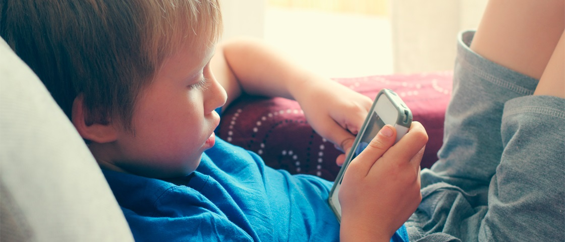 crianca usando celular