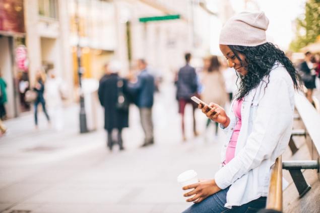 mulher-usando-aplicativos-para-celular-na-rua