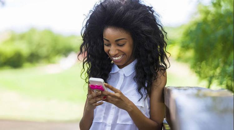 menina usando os apps de celular