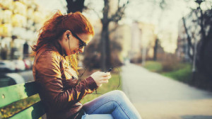 menina usando aplicativos mais baixados de julho