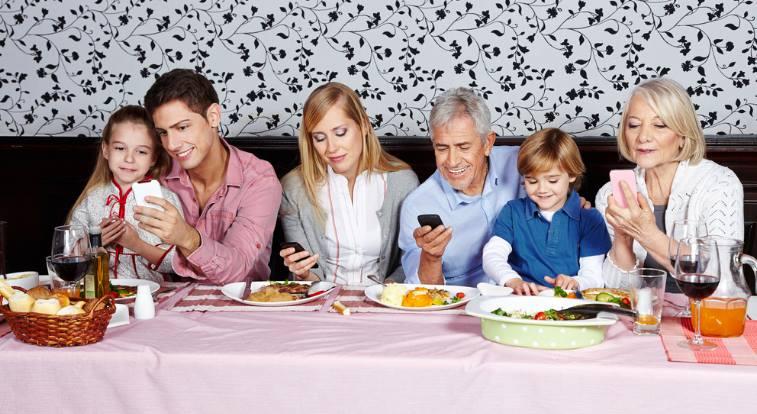 familia usando o google play para compartilhar apps