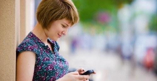 Pessoa com seguro no celular e tranquila