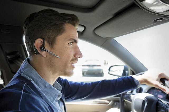 Fone de ouvido enquanto dirige