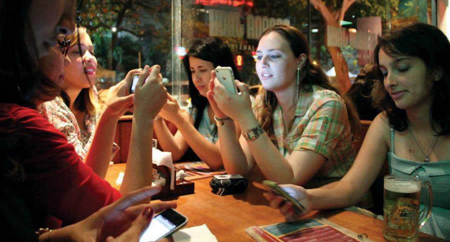 Pessoas no bar com o celular