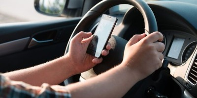 Usar o celular enquanto dirige