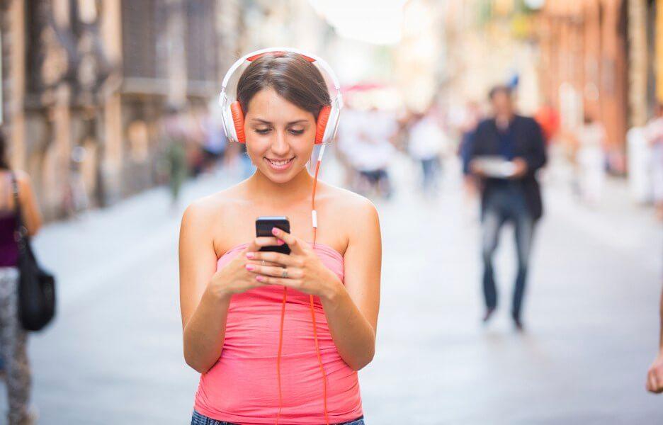 Pessoa no celular