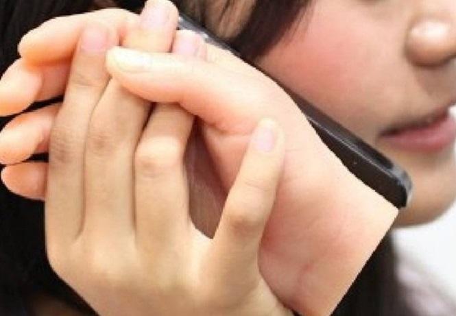 capa de celular em formato de mão