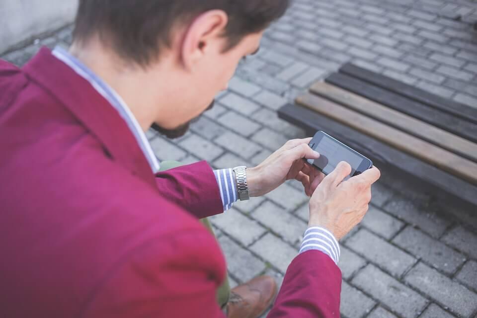 pessoa com celular