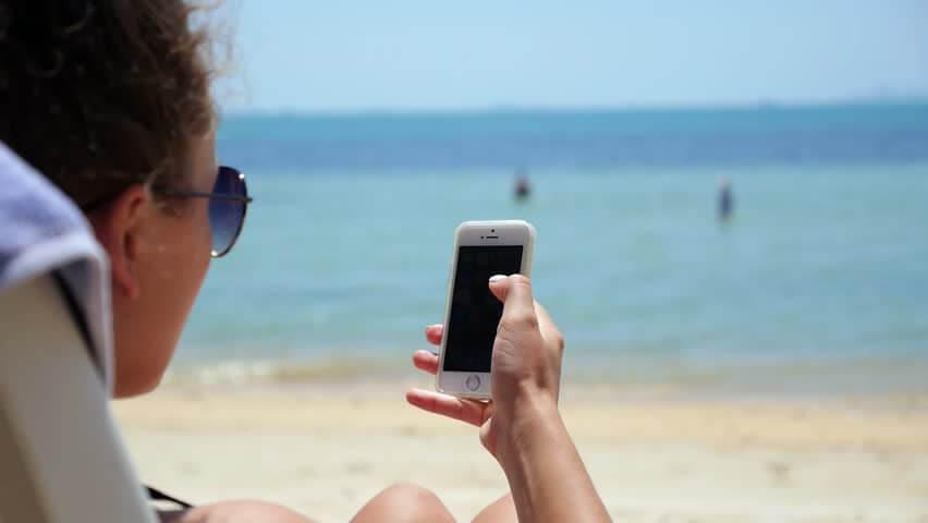 Veja o que levar para a praia junto com o seu celular