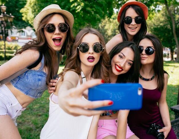 grupo-de-meninas-tirando-uma-foto