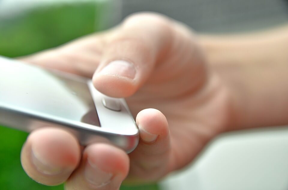 mao-mexendo-no-celular