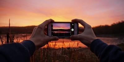 tirando-foto-com-celular-por-do-sol