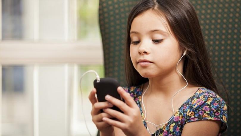 criança com celular ouvindo música