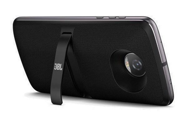 Moto Z JBL SoundBoost 2, snap da JBL para o Moto Z, na cor preta, com o apoio d osnap deixando o celular na posição diagonal. O fundo da imagem é branco.