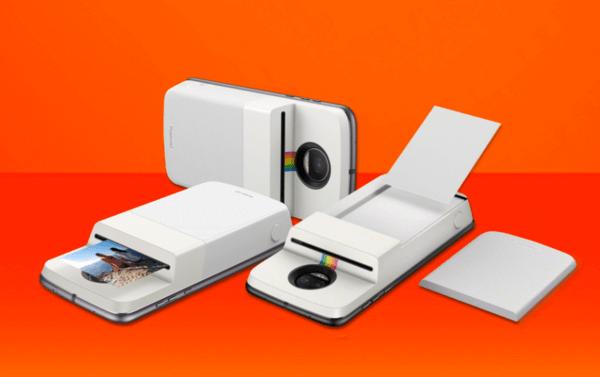 Moto Z Polaroid Insta-Share Printer acoplado ao aparelho, demonstrando seu funcionamento. Há um snap com a foto sendo impressa, um com o papel da foto sendo colocado e, ao fundo, outro com o snap apenas acoplado ao aparelho. Ao lado direito, aparece a tampa do snap. O fundo da imagem é laranja, em dois tons.