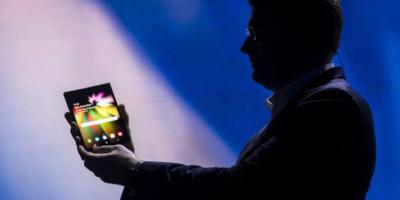 Demonstração do Samsung Flex, smartphone que terá a tela flexível.