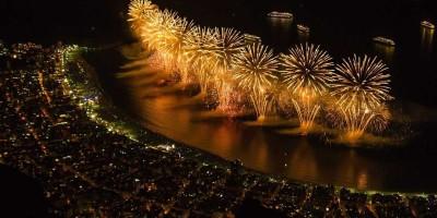 Fogos de artifício à noite, simbolizando o tema de segurança contra roubo nas festas de Ano Novo.