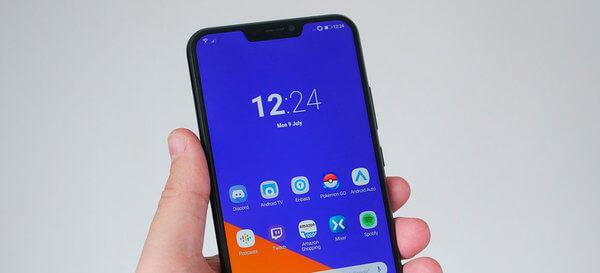 Zenfone 5 visto de frente, com a tela ligada, sendo segurada por uma mão. Destaque para o notch no meio da parte superior.